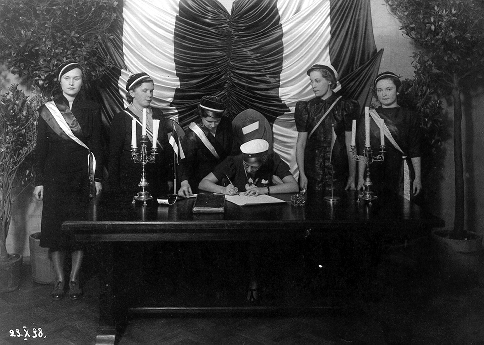 The signing of exchange students' contract with Savolainen Osakunta on October 23, 1938