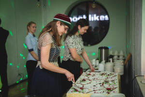 Esinaine ja rebasvanem ballil torti lahti lõikamas (kevad 2019) Maaris Puust