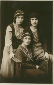 Akadeemilised vanemad värskelt värvilise tütrega (1931)